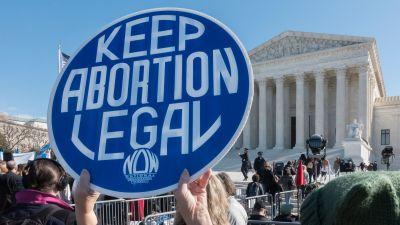 """Skylt med texten """"Keep abortion legal"""" under en demonstration utanför USA:s högsta domstol den 4 mars 2020."""