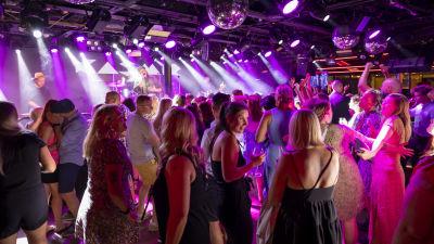 Ihmiset tanssivat Kasmirin esiintyessä laivalla