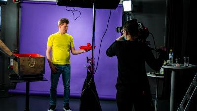 Niina Mattus filmar Janne Kankkonens sagor på teckenspråk.