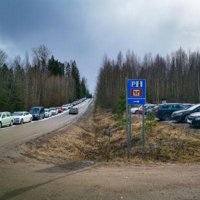 Bakunkärrin parkkipaikka Knutersintiellä, Sipoonkorven vaellusreittien varrella Sipoossa 21.3.2020.