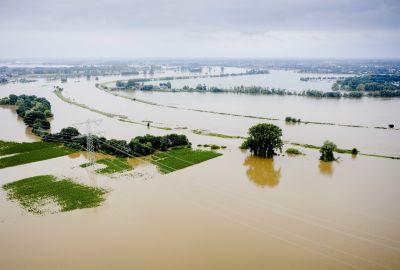 Tulvavedet peittävät laajaa aluetta.