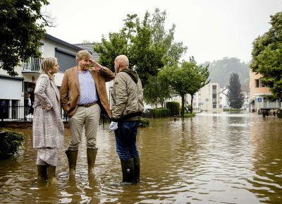 Kung Willem-Alexander och drottning Maxima besöker katastrofområdet i nederländska  Valkenburg aan de Geul.