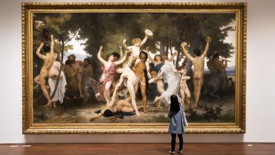"En person tittar på tavlan ""La Jeunesse de Bacchus"" av William-Adolphe Bougureau."