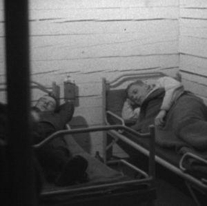 Mihet nukkuvat savottamajassa 1964.