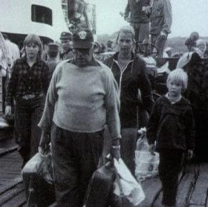Ihmiset saapuu yhteyslautalta Utöseen 1973
