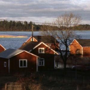 Mökkejä ja venevajoja saaristossa
