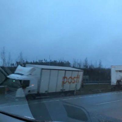 Postriekka moottoritien keskialueella