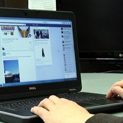 Kannettava tietokone yhteydessä nettisivustolle, jolla mainoksia