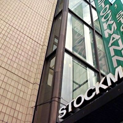 Stockmann-tavaratalon kyltti ja viirejä.