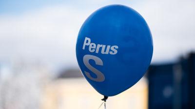 En ballong med Sannfinländarnas logga.