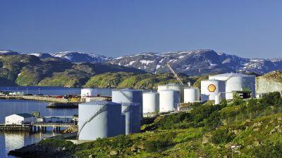 Oljecisterner och fjäll i Hammerfest