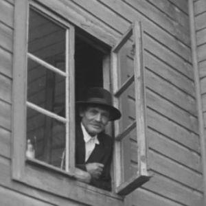 Romanimies katsoo ikkunasta