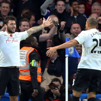 QPR:n Charlie Austin (vas.) ja Bobby Zamora (oik.) juhlivat maalia.