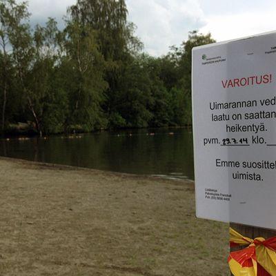 Varoituskyltti huonosta vedenlaadusta Kaukajärven uimarannalla