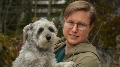 Kvinna med hund i famnen