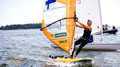 Purjelautailija Tuuli Petäjä-Siren Lauttasaaren edustalla treenaamassa purjelaudalla.
