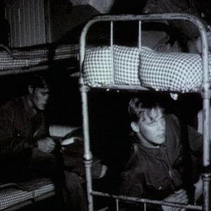 Varusmiehet lepäilevät punkassa Utössä 1973
