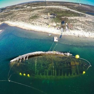 Maud-aluksen hylkyilmakuvassa rantavedessä.