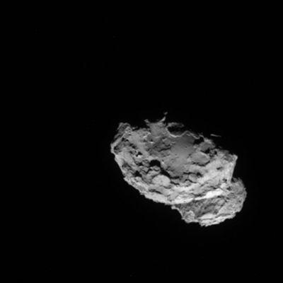Komeetta mustassa avaruudessa.