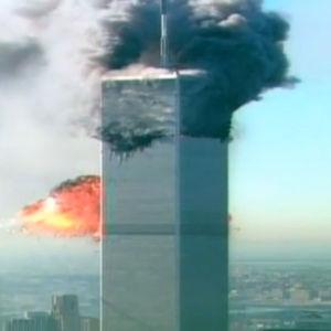 en av tvillingtornen i new york som brinner