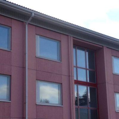 Pitkäkadun vuokrataloissa on verhot vain muutamassa ikkunassa.