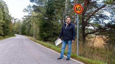 Lars Wikholm vid vägmärke.
