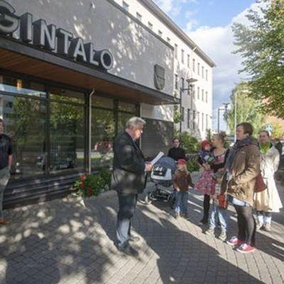 Mielenosoitus Riihimäen kaupungintalolla kotihoidontuen kuntalisän säilyttämiseksi
