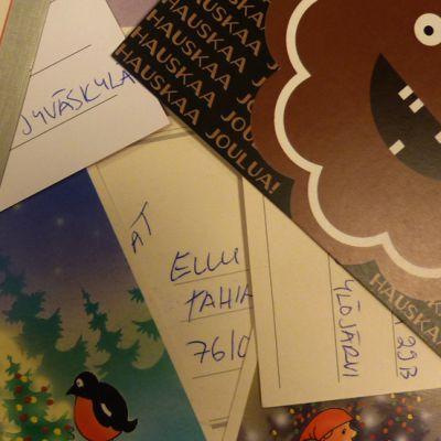 Joulukortteja pöydällä.