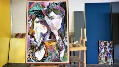 två målningar lutar mot en vägg