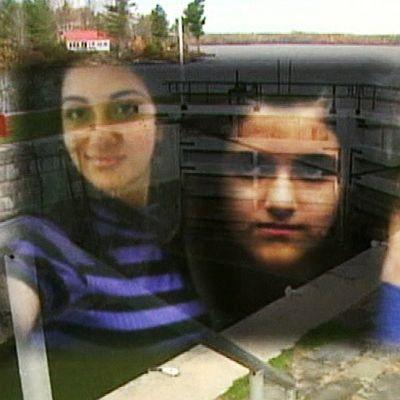 Yhdistelmäkuva, jossa kolmen murhatun tytön kasvot on yhdistetty murhapaikan kuvaan.