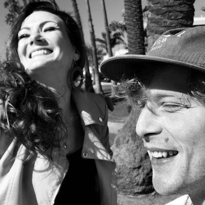 Elna Romberg och Simon Zion, leende i sommarsolen.