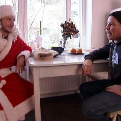 Stradan Ivan joulupukiksi pukeutuneena, vieressä ohjaaja Jalmari Helander