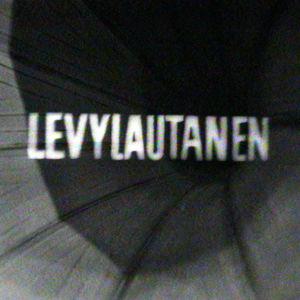 Levylautanen-ohjelman tunnusteksti tulee esiin gramofonin torvesta.