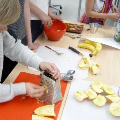 Poika leikkaa omenaa.