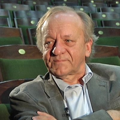 Näyttelijä Esko Roine istuu teatterin katsomossa