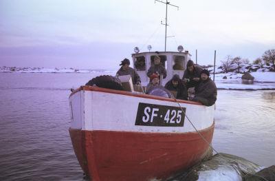 Filmteamet i en båt vid Väderskär