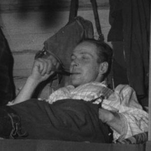 Metsuri polttaa piippua sängyllään vuonna 1964.