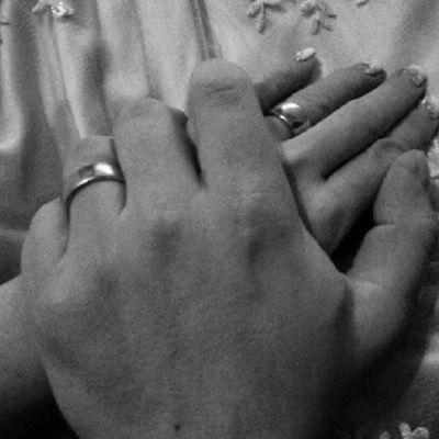 Miehen ja naisen kädet päällekkäin.