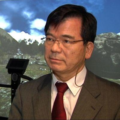 Professori Yasuo Endo japanilaisesta Sendai yliopistosta tutustumassa kajaanilaissimulaattoriin