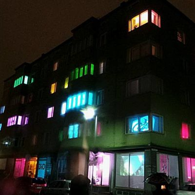 Kerrostalon asukkaat valaisivat talonsa yhdessä kuvataiteilijoiden Anne Salmelan ja Anna Turusen kanssa.