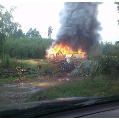 Byggnad i brand i Romsarby 13 augusti.