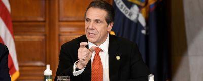 Delstaten New Yorks guvernör Andrew Cuomo medger för första gången att han har betett sig på ett opassande sätt mot kvinnliga medarbetare.