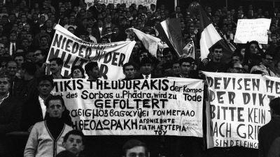 En demonstration som kräver att den grekiska militärjuntan friger Mikis Theodorakis i München 1967.