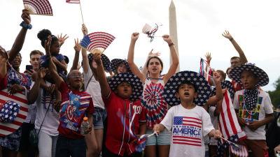 Människor jublar och firar självständighetsdagen i USA år 2021.
