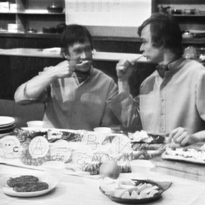 keittiömestarit Veijo Vanamo ja Jaakko Kolmonen pesevät hampaitaan aterian jälkeen.