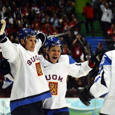 Olli Jokinen juhlii maalia Vancouverin olympiakisojen pronssiottelussa.