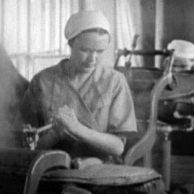 Pukutehtaalla sota-aikana työskenteleviä naisia.