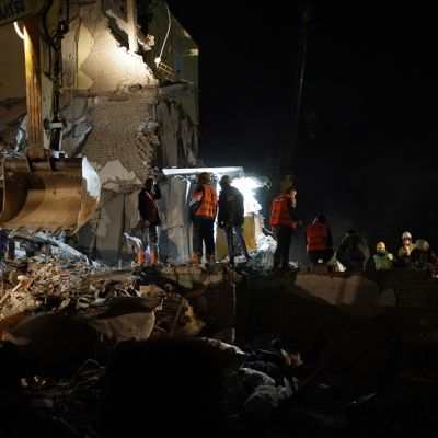 Kuvassa pelastustyötekijöitä maanjäristyksessä romahtaneen rakennuksen luona.