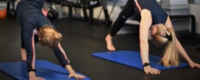 Noora Ruskola och Mikaela Wulff yogar.
