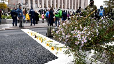 Elokapinan kannattajat asettaneet kukkia Mannerheimintielle.